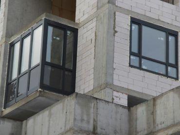 В первом доме начали ставить окна